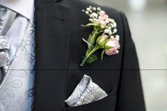 Revestimento do casamento do noivo da flor do boutonniere da rosa do rosa com camisa do laço foto de stock royalty free