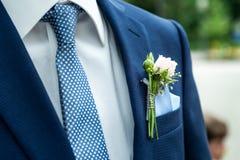 Revestimento do casamento do noivo da flor do boutonniere da rosa do rosa com camisa do laço foto de stock