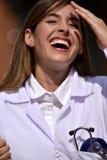 Revestimento fêmea do laboratório do doutor And Laughter Wearing com prancheta fotos de stock