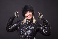 Revestimento preto de levantamento de sorriso feliz maduro do inverno da mulher 40s Imagem de Stock Royalty Free