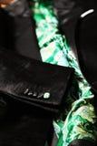 Revestimento preto de veludo com o laço verde de paisley Imagens de Stock Royalty Free
