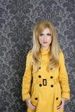 Revestimento retro da gabardina do amarelo da mulher da forma Foto de Stock Royalty Free