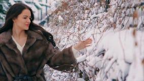 Revestimento rico moreno da cintura da mulher da pele marrom no fundo do movimento lento de árvore de Natal filme