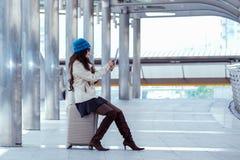 Revestimento vestindo da camiseta da mulher asiática do curso, chapéu azul do fio e posse Imagem de Stock