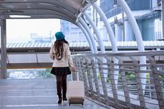 Revestimento vestindo da camiseta da mulher asiática do curso, chapéu azul do fio e posse Fotografia de Stock Royalty Free