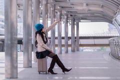 Revestimento vestindo da camiseta da mulher asiática do curso, chapéu azul do fio e posse Fotografia de Stock