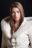 Revestimento vestindo do inverno da jovem mulher bonita Fotos de Stock
