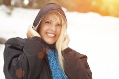 Revestimento vestindo e lenço da mulher atrativa fora na neve Fotografia de Stock Royalty Free