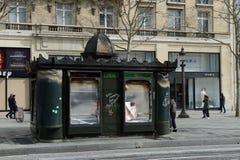 Revestimentos amarelos dos motins em Paris foto de stock