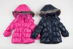 Revestimentos azuis e cor-de-rosa bonitos do inverno do ` s das crianças imagens de stock