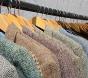 Revestimentos de mistura de lã no trilho de suspensão fotografia de stock