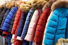Revestimentos do inverno em um gancho na loja fotografia de stock royalty free