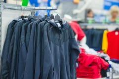 Revestimentos e vestes do ósmio da variedade em carrinhos fotografia de stock royalty free