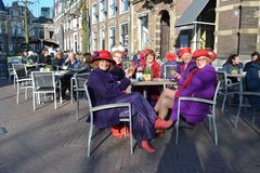 Revestimentos ultravioletas de membros da sociedade de Red Hat fotografia de stock royalty free