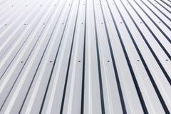 Revestimiento de acero acanalado con los remaches en el edificio industrial Fotos de archivo libres de regalías