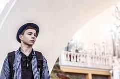 Revestimiento derecho del adolescente la pared blanca Imagen de archivo