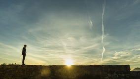 Revestimiento derecho del hombre de negocios el sol naciente foto de archivo libre de regalías