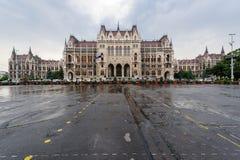 Revestimiento húngaro del parlamento lluvioso Foto de archivo