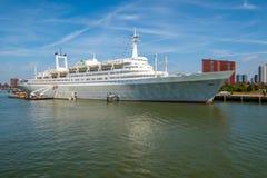 Revestimiento marino y barco de cruceros anteriores de los SS Rotterdam Euromast en fondo Rotterdam, Países Bajos imagen de archivo