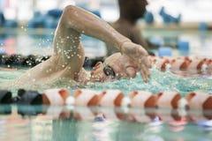 Revestimientos de la natación del hombre mayor imágenes de archivo libres de regalías
