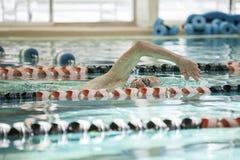 Revestimientos de la natación del hombre mayor imagen de archivo