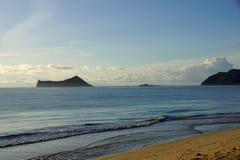 Revestimientos del agua en la playa de Waimanalo Fotos de archivo libres de regalías