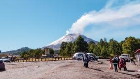Revestimientos del tiempo de cocer el volc?n de Popocatepetl al vapor con los turistas almacen de metraje de vídeo