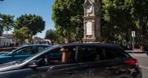 Revestimientos del tiempo de tráfico y de gente en Puebla almacen de metraje de vídeo