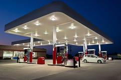 Reviderade bensinstation och servicebutik Arkivbild