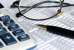 Revidieren Sie die Zahlen auf der Kalkulationstabelle Lizenzfreies Stockbild