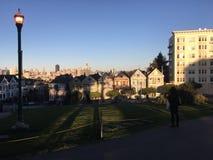 Revidierte berühmte Ansicht, die nach im Stadtzentrum gelegenes San Francisco, 2 schaut lizenzfreies stockfoto