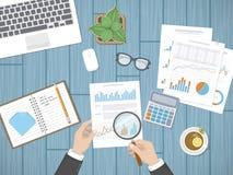 Revidierung von Konzepten Geschäftsmannwirtschaftsprüfer kontrolliert das Festsetzen von Finanzdokumenten Bemannen Sie ` s Hände  Lizenzfreie Stockbilder