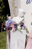 Reviente la estatua de la mujer joven adornada con las flores para la ceremonia de boda Fotografía de archivo libre de regalías