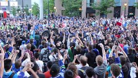 Reviravolta da multidão do tumulto um camionete filme