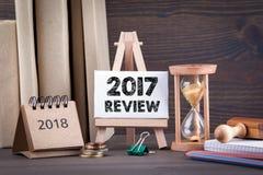 revisão 2017 Temporizador de Sandglass, de ampulheta ou de ovo na tabela de madeira foto de stock royalty free