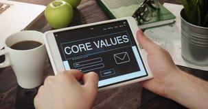 Revisando base valora la página de Internet usando la tableta digital almacen de metraje de vídeo