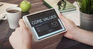 Revisando base valora la página de Internet usando la tableta digital en el escritorio almacen de video