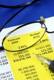 Revise el estado financiero propuesto foto de archivo