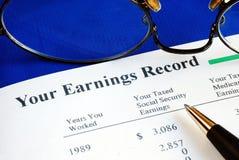 Revise el informe de ganancia de la Seguridad Social imágenes de archivo libres de regalías