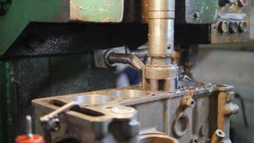 Revisión de un motor de coche almacen de metraje de vídeo