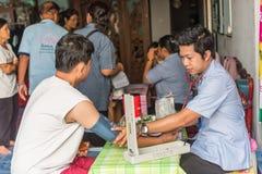 Revisión médica tailandesa del hombre por el indicador de presión Imagen de archivo