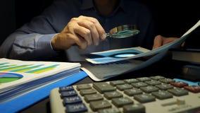 revision Wirtschaftsprüfer benutzt Lupe für Kontrollgeschäftsbericht Finanzuntersuchung stock video