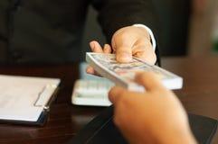 Revisor och finansiella affärspengar royaltyfria foton