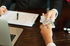 Revisor och finansiella affärspengar arkivfoton
