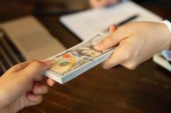 Revisor och finansiella affärspengar arkivfoto