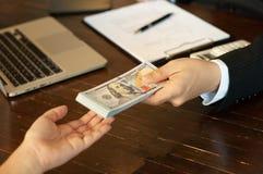 Revisor och finansiella affärspengar royaltyfria bilder