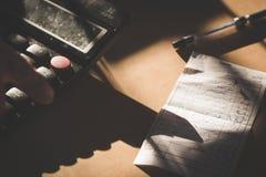 Revisor och räkningar - affär Arkivfoton