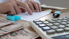 Revisor som kontrollerar finansiella dokument med räknemaskinen Redovisa och revisionsbegrepp stock video