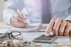 Revisor Working In Office finans- och redovisaCo för affär royaltyfri foto