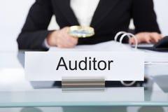 Revisore dei conti che controlla i documenti finanziari Fotografie Stock